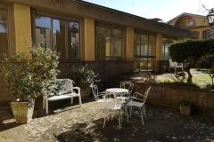 Particolare area relax e giardino interno